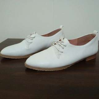 白色低跟牛津鞋