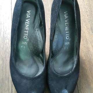 Via Venetto Black Suede Pumps