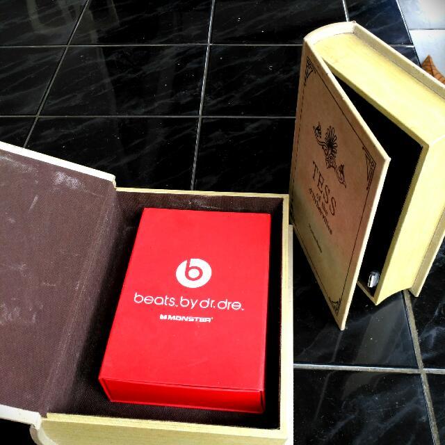 Tempat Penyimpanan Rahasia Berbentuk Buku Vintage Satu Besar Satu Kecil,  Beratnya Sama Dengan Berat Buku Asli Dan Bahan Tebal Dari Singapur Dijual Harga Sepasang