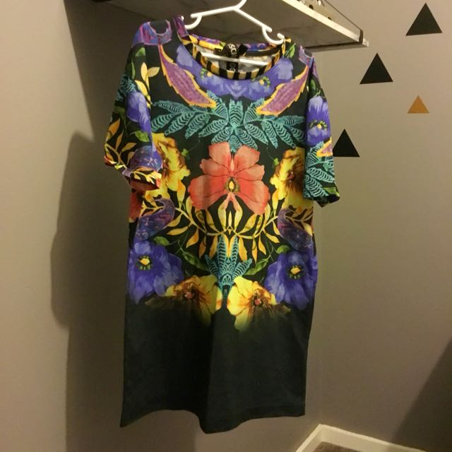 TOPSHOP GRAPHIC PRINT TEE SIZE 6