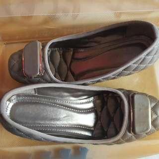 Sepatu Abu Sedikit berwedges