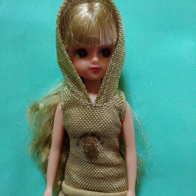 很漂亮的芭比娃娃,穿金色洋裝