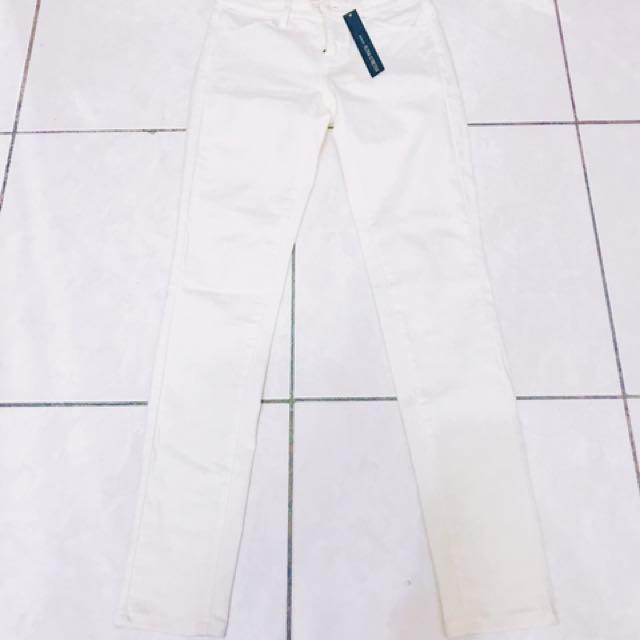 Uniqlo顯瘦白褲