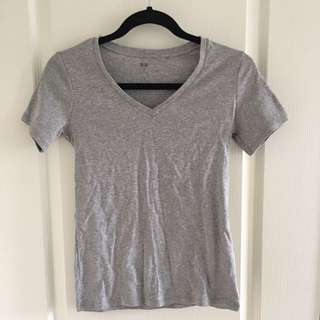 Uniqlo Basic Grey V-neck t-shirt/tshirt/tee/shirt
