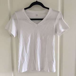 Uniqlo Basic White V-neck t-shirt/tshirt/tee/shirt