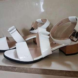 Sepatu Sandal Putih
