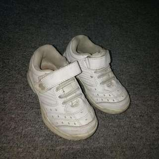 brand fp (fisher price)white shoes   fit sya 1 to 2 yrs old