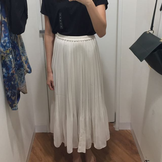 a4c0a402b1 LF: Uniqlo Chiffon Pleated Midi Skirt In Cream (Size S), Women's Fashion,  Clothes, Pants, Jeans & Shorts on Carousell