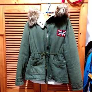 冬天毛毛徽章鉚釘設計軍裝風格腰抽繩連帽軍綠色外套