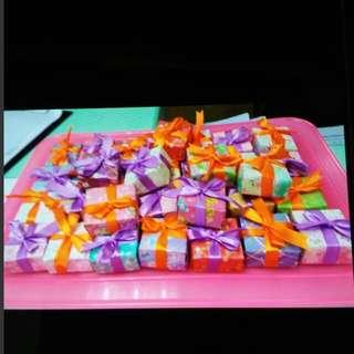 誠意幫人手作特別的禮物,如(禮物盒,金沙朱古力花),以摺紙為主,其他物料亦可