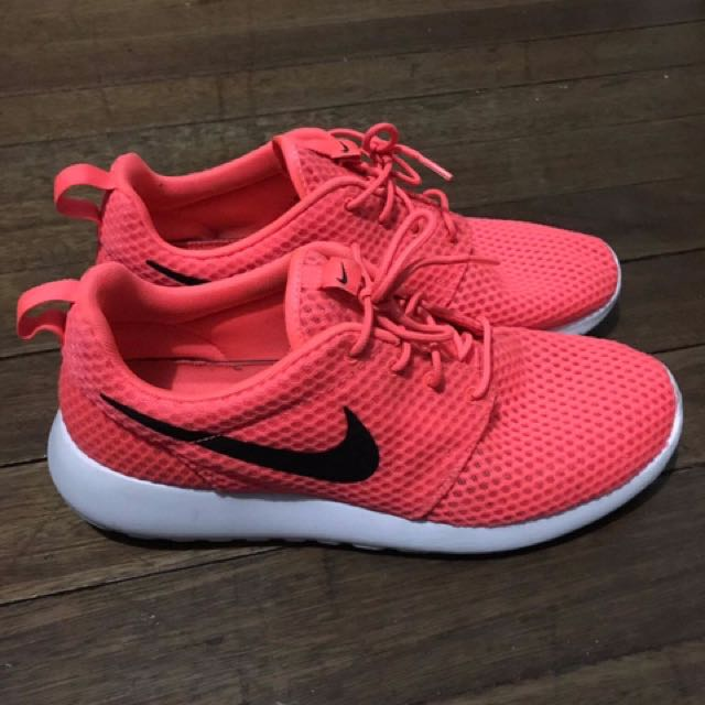 finest selection 6a8a0 0286f Nike Roshe Run Hot Lava, Men s Fashion, Footwear on Carousell