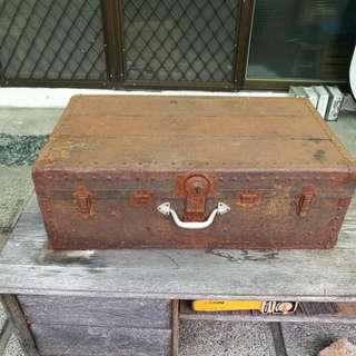 古早味鐵製行李箱