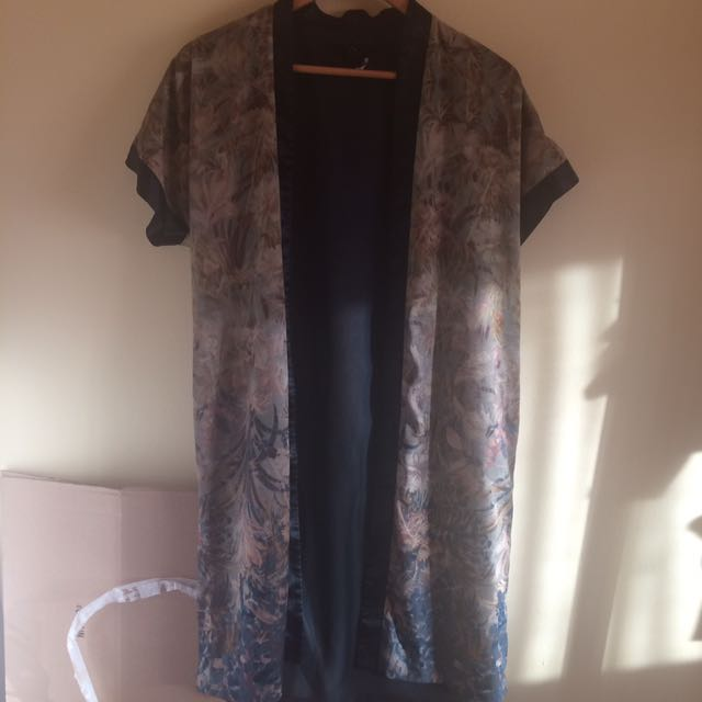 H&M SHORT SLEEVE PATTERNED COVER UP
