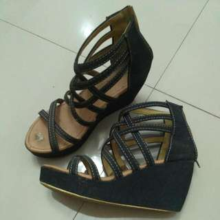 Sepatu Wedges Hitam