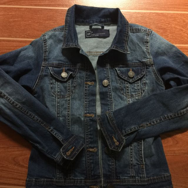 gap denim jacket size medium on tag but can fit to small frame repriced