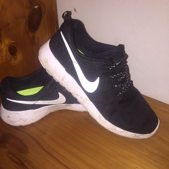 NIKE Black And White Roshes