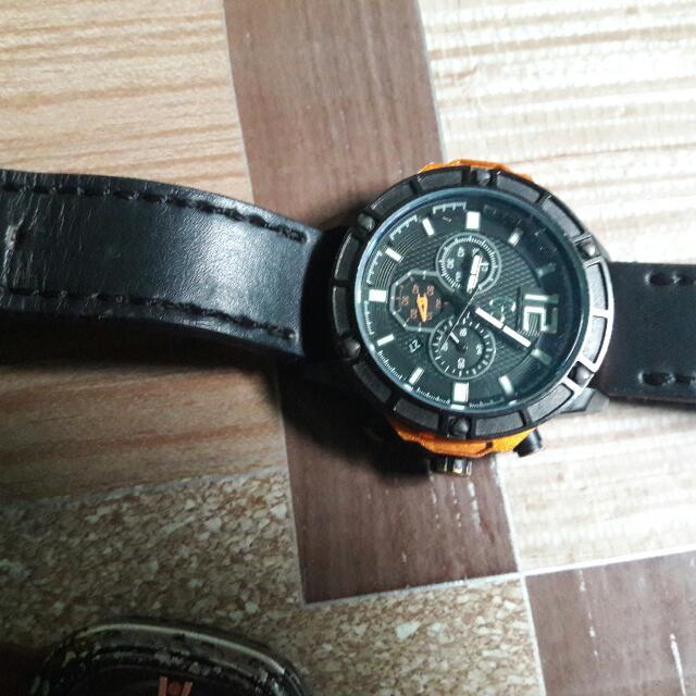 Dijual Cepat Butuh uang 2 Jam tangan Gucci dan sevenfriday. kondisi jarang dipakai. semuanya hidup .
