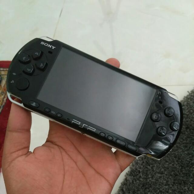 PSP 3000   Black Piano sudah ada isi game didalamnya kartu memori 16gb  kondisi fisik bisa dilihat digambar  sudah include charger  belum termasuk ongkir   contact  Line : fachfach