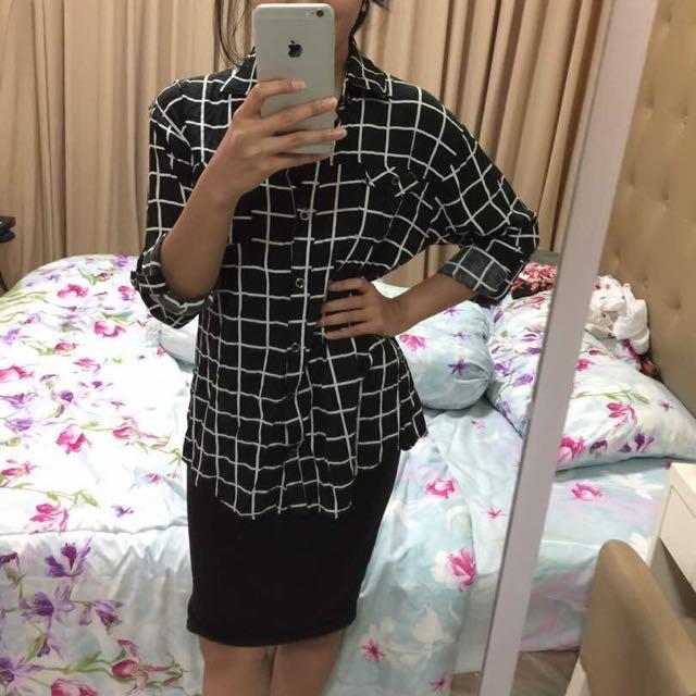 white squre black shirt