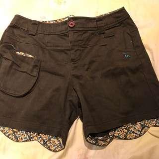 A La Sha 綠色短褲