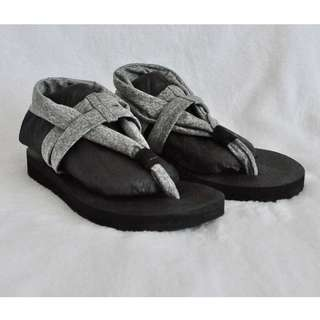 Sketcher's Yoga Foam Sandals - size 6