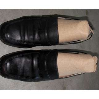 black color real leather shoes, heel about 1-1/2 high, inlay about 22.5cm long, size : 35, comfy, good basic style