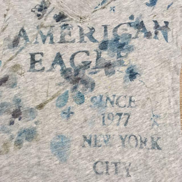 AMERICAN EAGLE 灰色深V不修邊印花T恤
