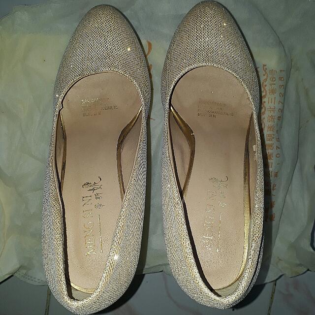 Sepatu Merk Mengsini. Dijual Karena Jarang Di Pakai Dijamin Masih Bagus. Tingginya Sekitar 10 - 12cm Cocok Buat Suka Pakai Hak Tinggi.  Ukuran 37