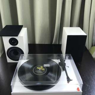 Pro-Ject DC TurPro-Ject Debut Carbon Turntable with Pro-Ject speakers Box 5 Bookshelf