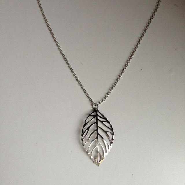 Leaf necklace with purple bag