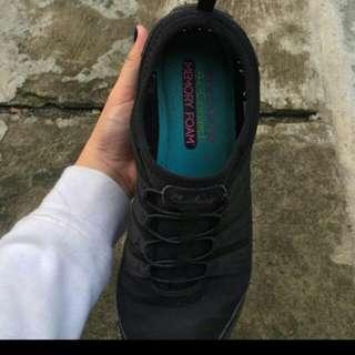 Sepatu Sketches Black