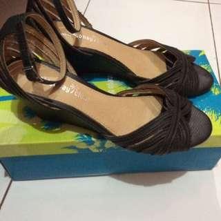 Sepatu Pantovel Hitam