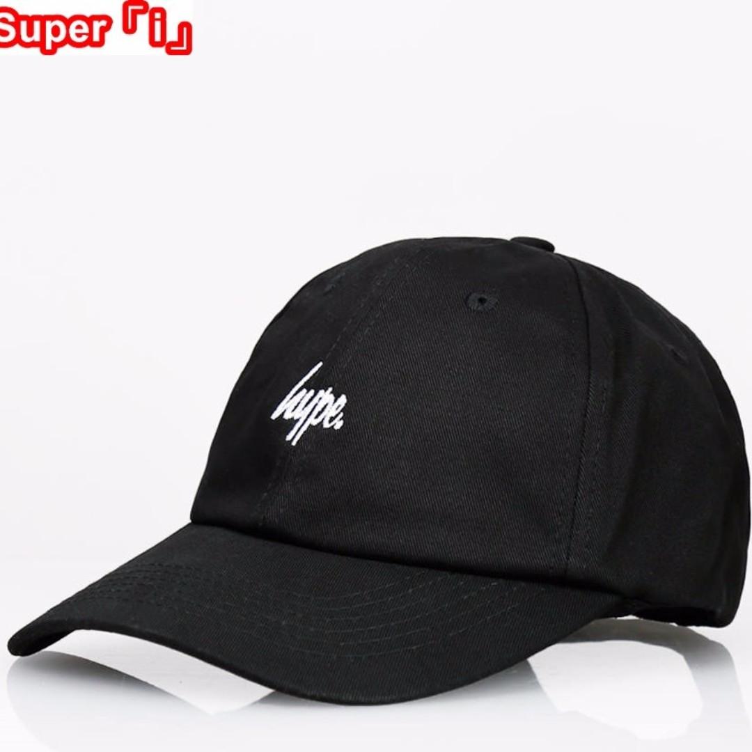 「i」【預購】英國 Hype Script Dad Hat 黑色 素面 可調節 刺繡Logo 棒球帽 老帽 男女