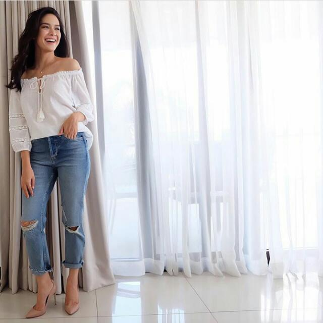 LOOKING FOR ERICH GONZALES' OFF SHOULDER TOP AND RIPPED JEANS