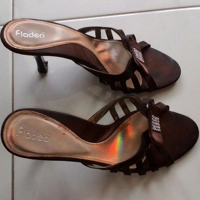 Sandal Wanita High Heels Sedang. Warna Coklat Tua Merk Fladeo. Kondisi  Sandal nya Sangat Baik. Ukuran kaki 37. Pin bbm 5CA71903. 5f7bd4e1fe