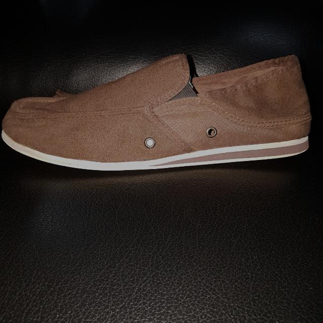 Essential Sneakers / Sepatu