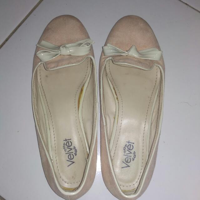 Flat Shoes Velvet Warna Baby Pink, beli dizalora,, harga beli 200K, dibagian alas dalam lem sedikit kebuka,, tapi masih Ok dipake