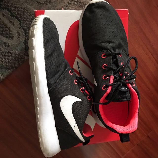 Nike Rosche Runs Size 7