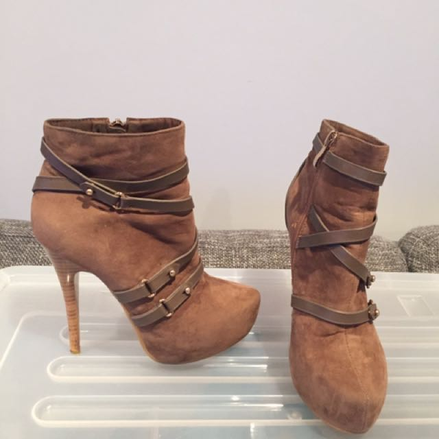 TAN SEUEDE BOOTS SIZE 6
