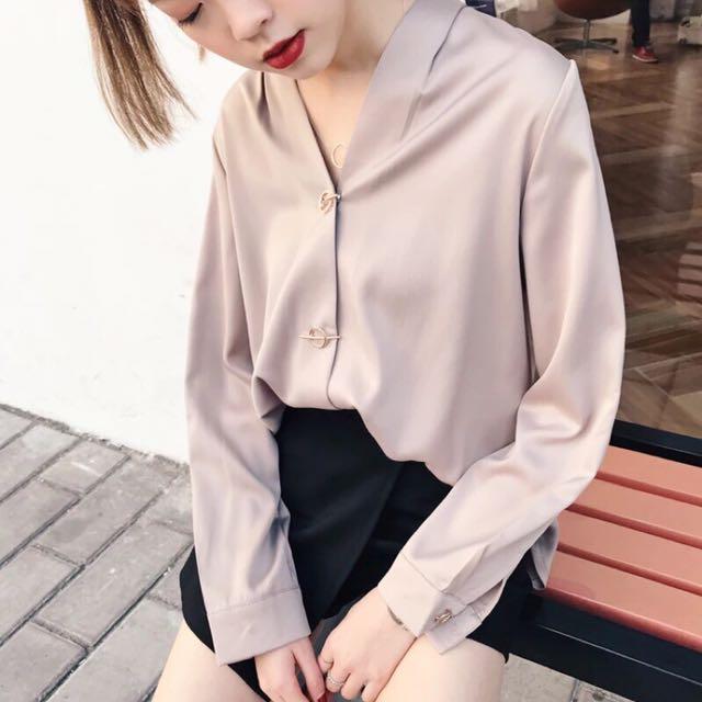 (現貨)玫瑰金質感V領金屬圓環緞面襯衫 滑面襯衫 雪紡襯衫✔️