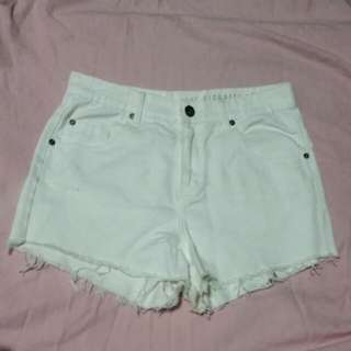 🌼COTTON ON- THE HIGHRISE CUT OFF WHITE SHORTS🌼
