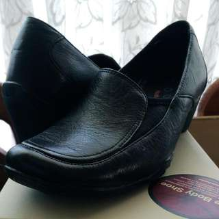 Hush Puppies Black Leather Shoes - Size 7.5