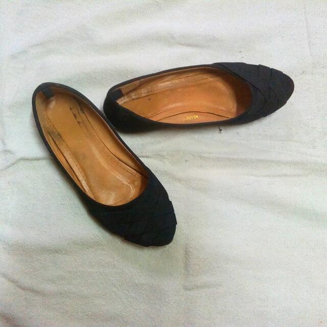 ✨ Black Flats
