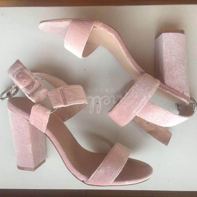 Brand New Velvet Glassons Heels Sz 8