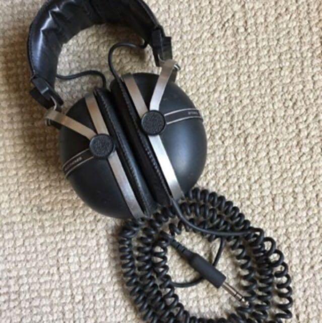 LF: Vintage DJ headphones. Pioneer, Yahama, Ect