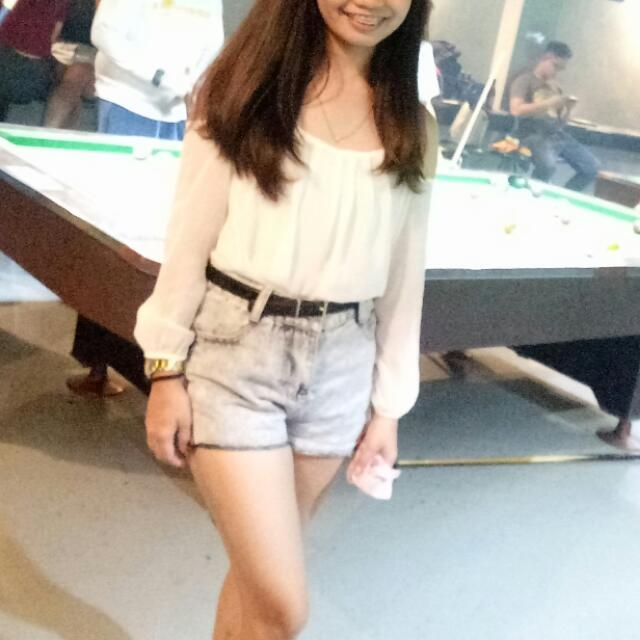Off Shoulders Top an Maong Shorts