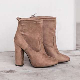 BROWN SUEDE BOOTS SIZE 39