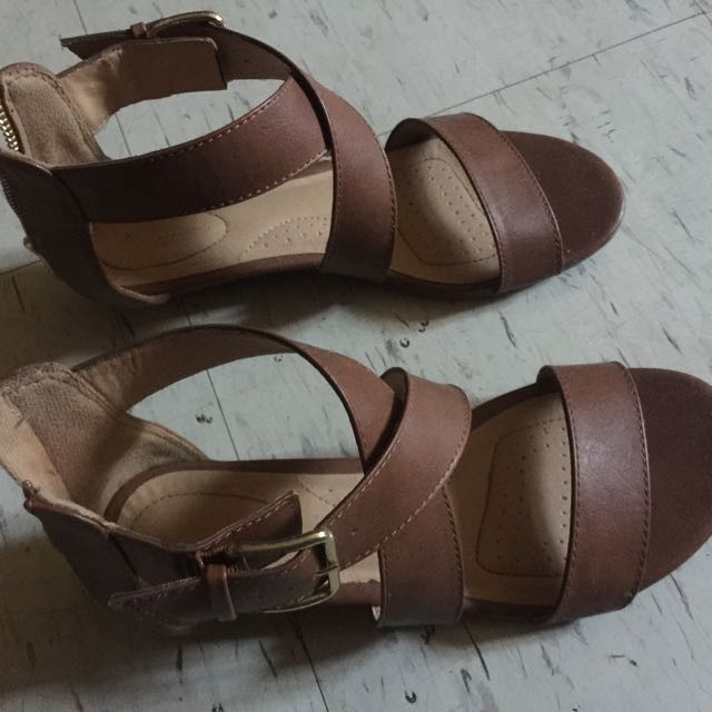 Tan Sandals With Zip Size 7