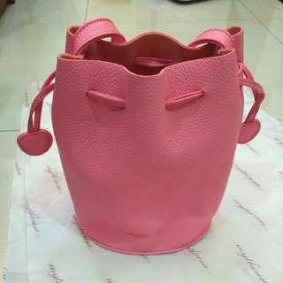 粉桃紅水桶包