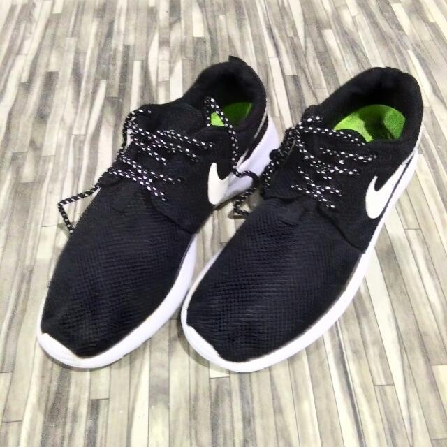 Nike RosheRun Hitam